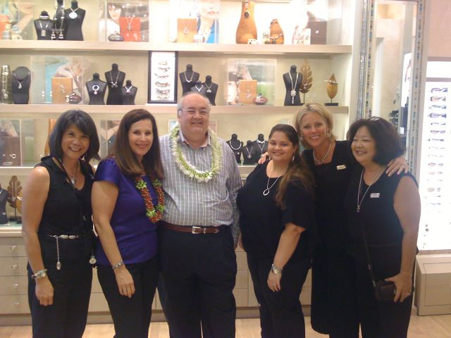 11-18-08-jerry-and-terri-posing-with-ala-moana-staff.jpg