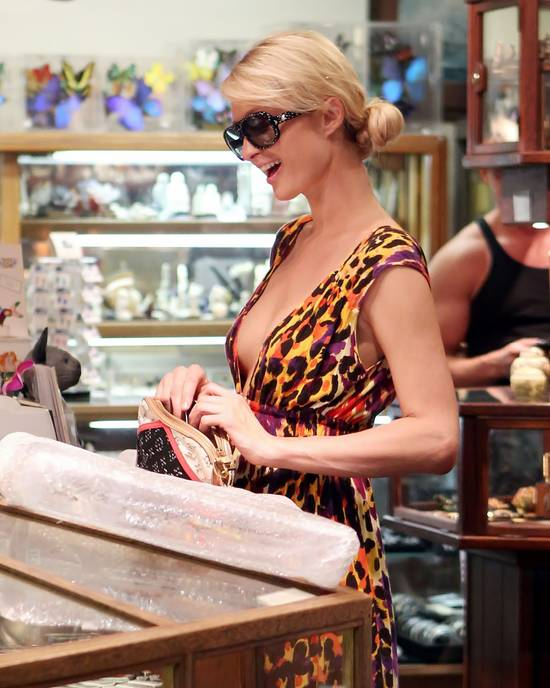 paris-hilton-buying-at-lahaina-scrimshaw.jpg